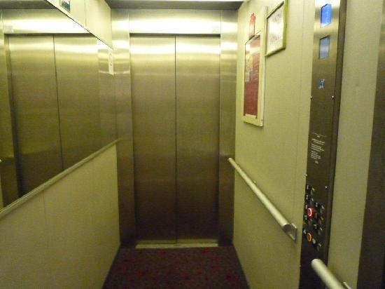 Ibis St Etienne Gare TGV : inside the hotel lift/elevator