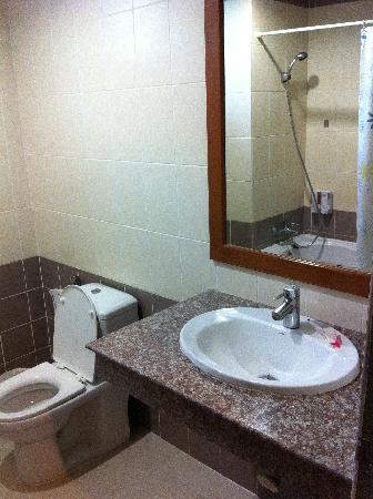 Pranang Flora House: Bathroom in Double Room