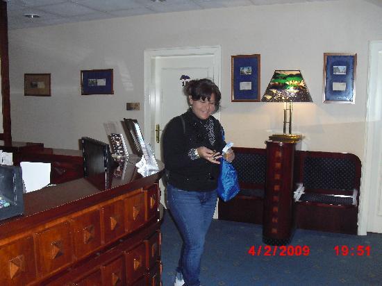 Leo Panzio Hotel: Reception desk