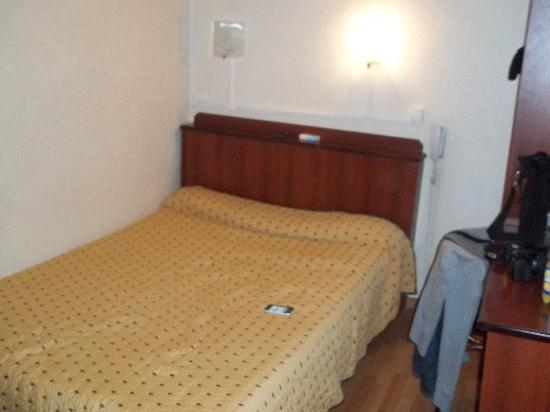 Hotel Saint Quentin: camera (se guardate il letto pende)