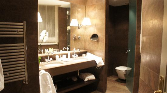 El Palace Hotel: Double sink and separate toilet