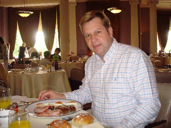 The Strathearn: me having breakfast