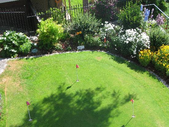 Willow Beach Bed and Breakfast: Putting green and back garden