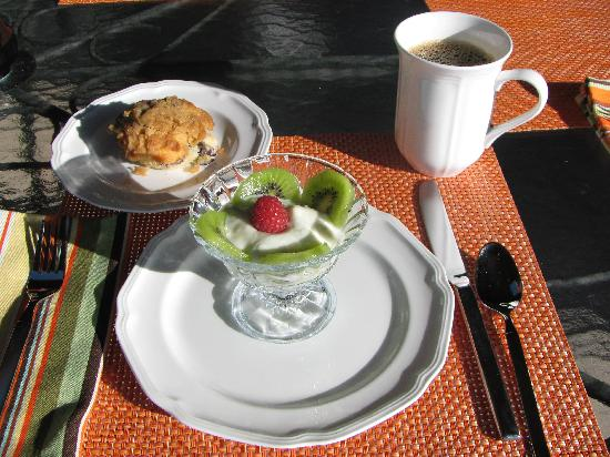 Willow Beach Bed and Breakfast: Fresh baked muffin and kiwis in lemon cream