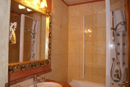 Veneto Palace Hotel: salle de bain chambre 310