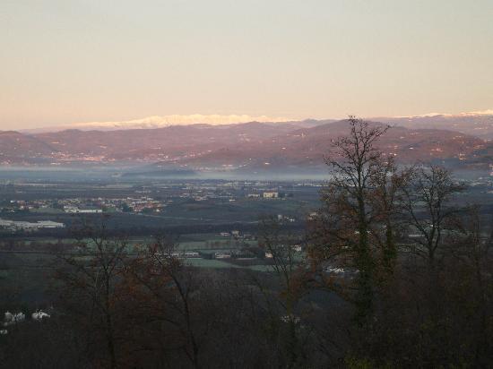 """B&B Al Montegallo: Panorama dicembre 2011: al centro Villa """"La Favorita"""" di Monticello di Fara"""