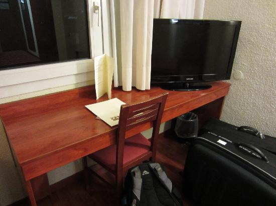 Catalonia Park Putxet Hotel: Desk and Tv
