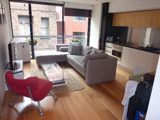 About Melbourne Apartments: Salón comedor y cocina
