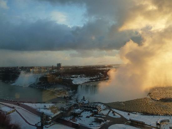 Niagara Falls Marriott Fallsview Hotel & Spa: Sunrise - Some fresh snow - Picture taken from the window of the room - 22nd floor