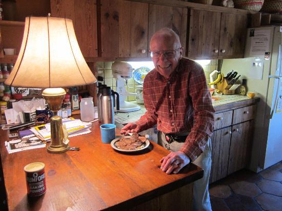 Casita Chamisa: Arnold in the kitchen