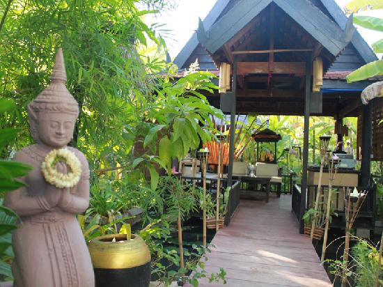 Petit Villa Boutique & Spa: Petit Hall derive from Khmer Tycoon concept of waiting hall