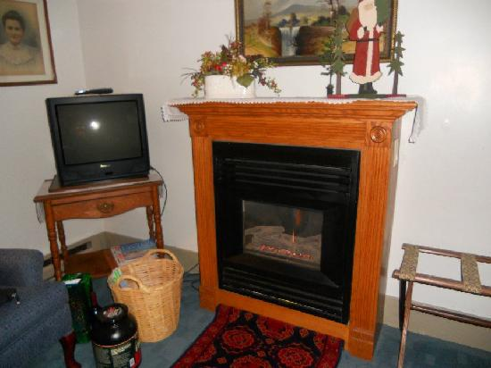 The Stagecoach Inn Bed and Breakfast: Fireplace/TV