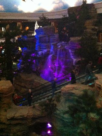 Ho-Chunk Casino Hotel and Convention Center: The water fall in the hotel lobby