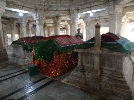 Sarkhej Roja : Sultans tombs