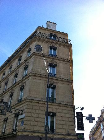Hotel Marceau Champs Elysees: hotel from the street
