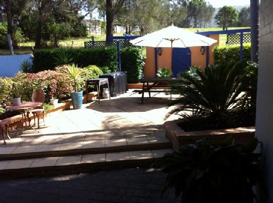 Blueys by the Beach Motel: the little courtyard at the back of the rooms