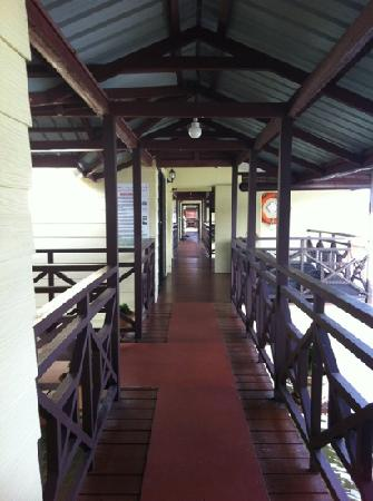 Mangrove Paradise Resort : connecting veranda to the other rooms