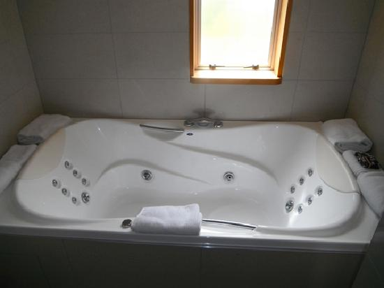 Distinction Te Anau Hotel and Villas: bathroom