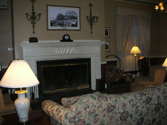 Bar Harbor Inn: The lounge in the main part of the Inn