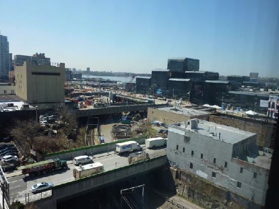 Midtown Convention Center Hotel: Train track towards Port Authority, seriously didnt hear a peep when the train pass by