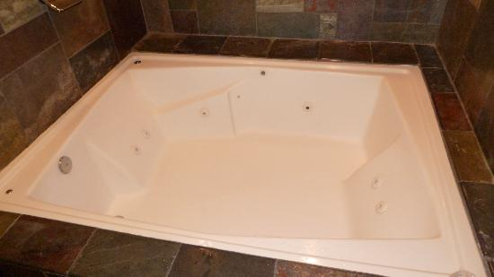 Best Western Woodland Hills: awesome tub