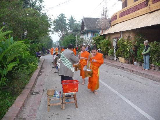 Chanthapanya Hotel : monks walking near hotel