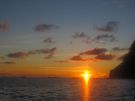 Bay View Resort: Sunset from longtail boat
