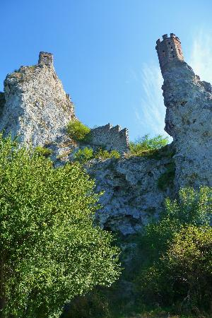 Burg Devin (Thebener Burg): Looking up from the Duna banks