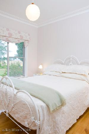 Mount Pleasant Homestead: bedroom with private bathroom with spa