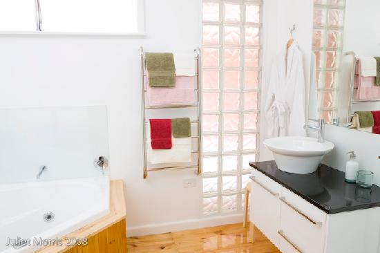 Mount Pleasant Homestead: private bathroom with double spa