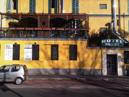 Bel Sit: entrata del'hotel con terrazza per la colazione