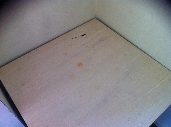 Harbour View Apartment Hotel: Unidentified black and orange marks on coffee table