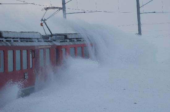 Bernina Express : Treno che affronta la neve