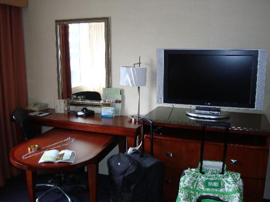 DoubleTree by Hilton Nashville-Downtown: TV & Desk area