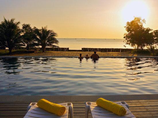 Islanda Eco Village Resort: Islanda Sunset by the pool
