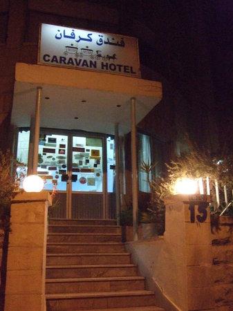 Caravan Hotel: ホテル玄関