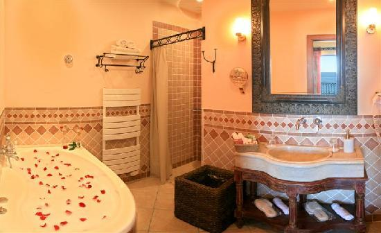 salle de bain chambre luxe picture of demeure loredana. Black Bedroom Furniture Sets. Home Design Ideas