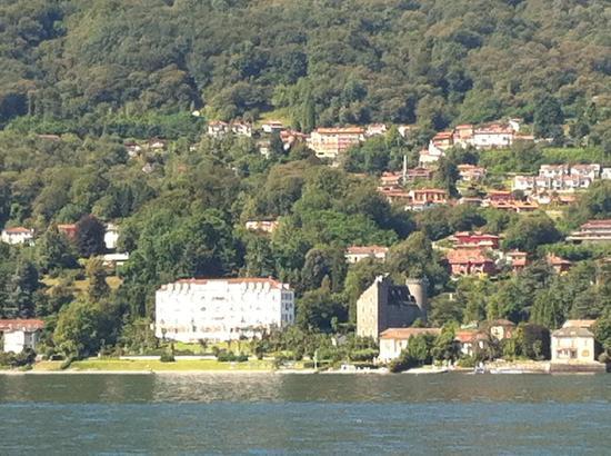 Lido Palace Hotel: フェリーからホテルが見える(白い壁の大きな建物))