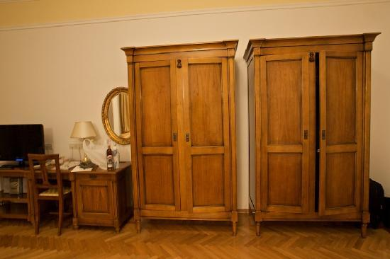 Hotel Miramar: Miramar: old wardrobes stood out in the room