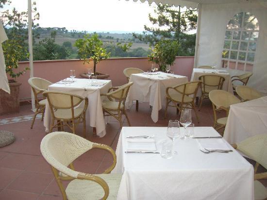 Hotel Ristorante Farneta : La loggia dei limoni, dove si mangia all'aperto tutto l'anno