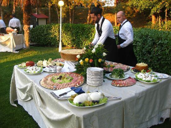 Hotel Ristorante Farneta : buffet del matrimonio,ultimi ritocchi prima dell'inizio