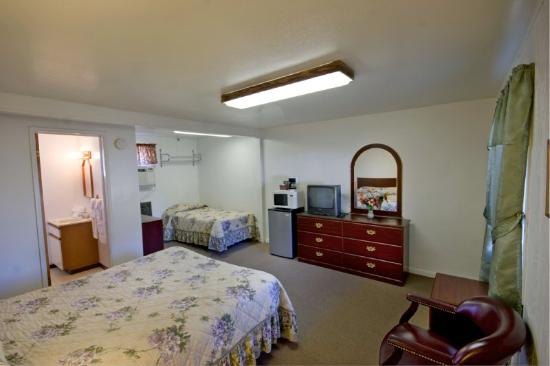 Best Value Inn Kettle Falls: One Queen & One Twin Room