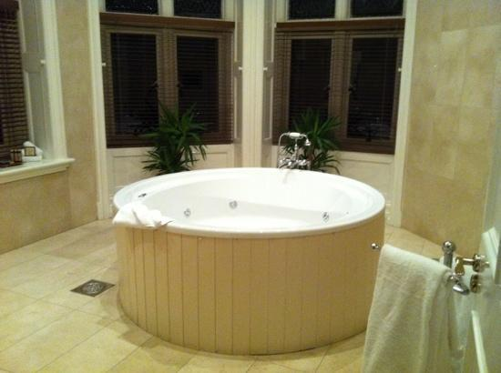 Lough Rynn Castle Estate & Gardens: The marbled jacuzzi bathroom off the Clements suite which included a flat screen tv inbuilt to t