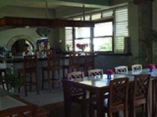 Almond Tree Restaurant and The Turtle Bar : bar area