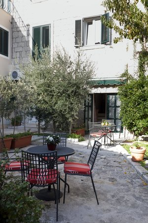 Zephyrus Boutique Accommodation: court yard