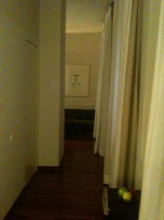 Hotel Banys Orientals: pasillito hacia el baño