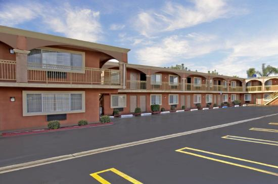 Legacy Inn and Suites: Parking Lot