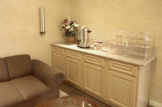 Legacy Inn and Suites: Lobby Breakfast Area