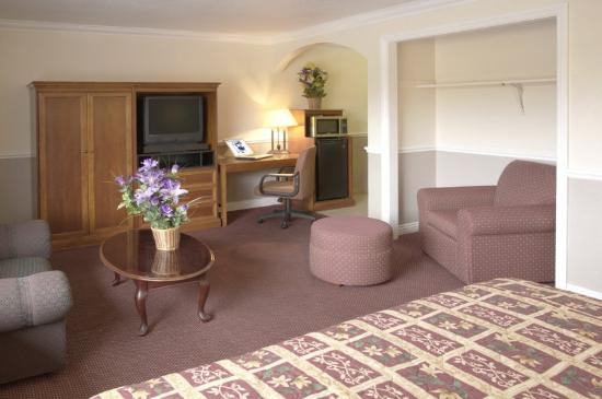 Legacy Inn and Suites: Suite Living Room2
