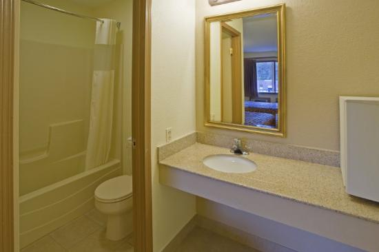 Shore Lodge: Double Standard Bathroom